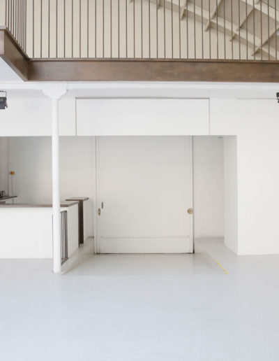 Espace Commines – Main room, reception desk and access ramp – Photo: Alice Lemarin