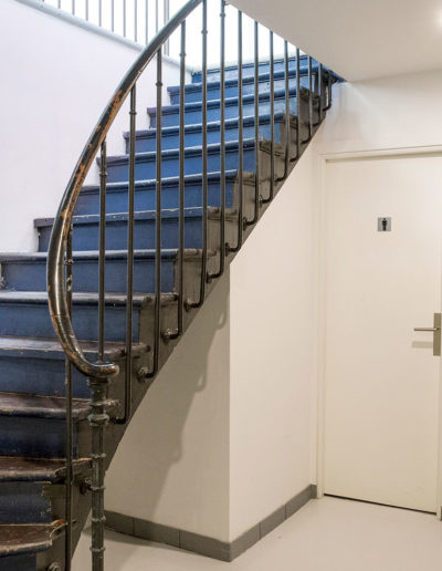 Espace Commines – Basement, Stairs, ground floor access and toilet – Photo: Alice Lemarin
