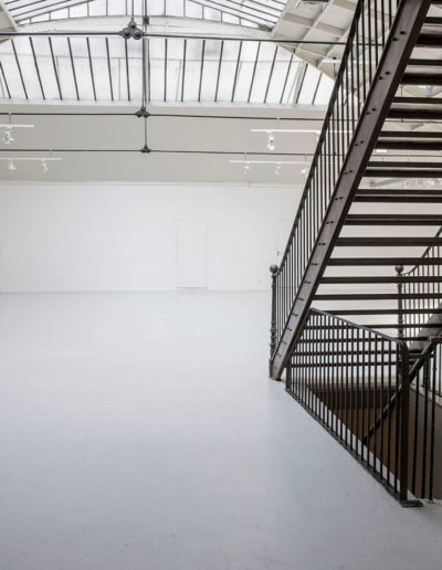 Espace Commines – Main room, general view, stairs, mezzanine and basement access – Photo: Alice Lemarin